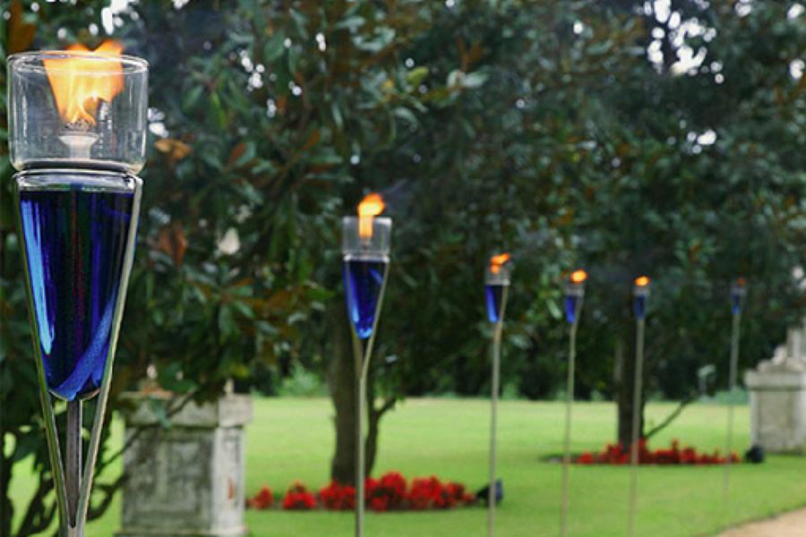 C mo iluminar el jard n con antorchas ideas jardineros for Antorchas para jardin