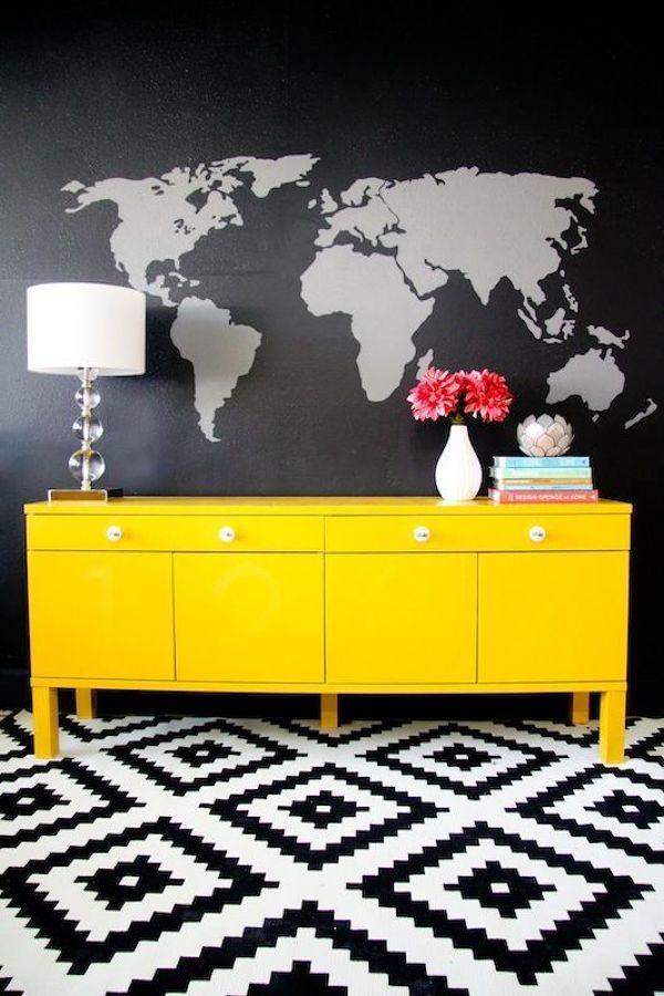 Aparador amarillo sobre pared en gris