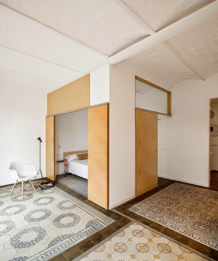 Modernidad y antig edad se dan la mano en un piso de - Decoradores en barcelona ...
