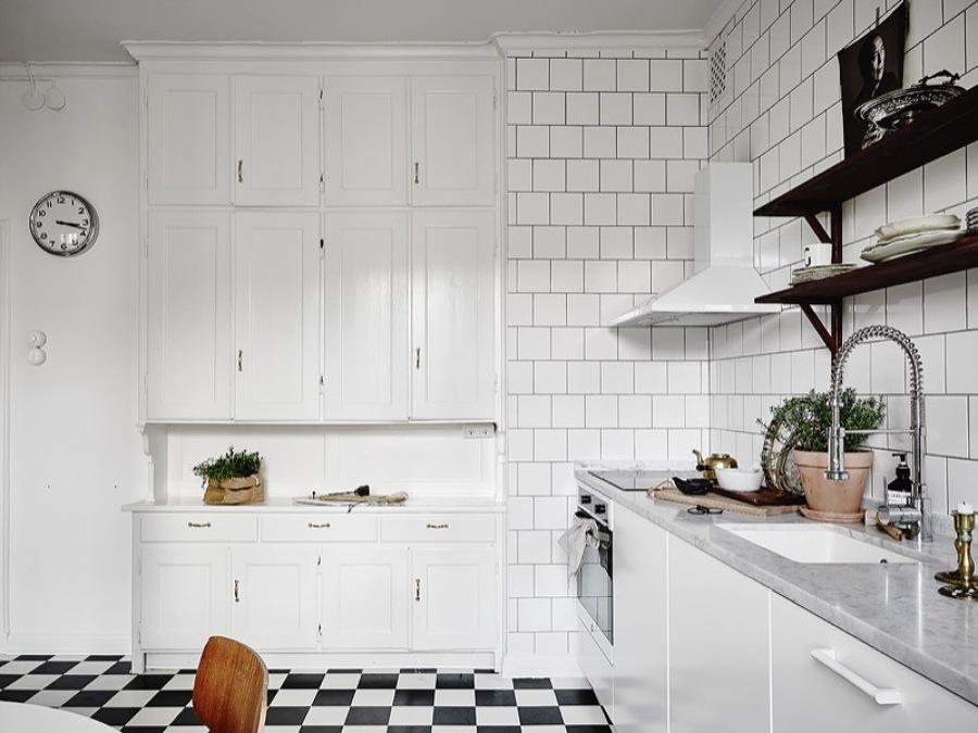 cocina con muebles blancos