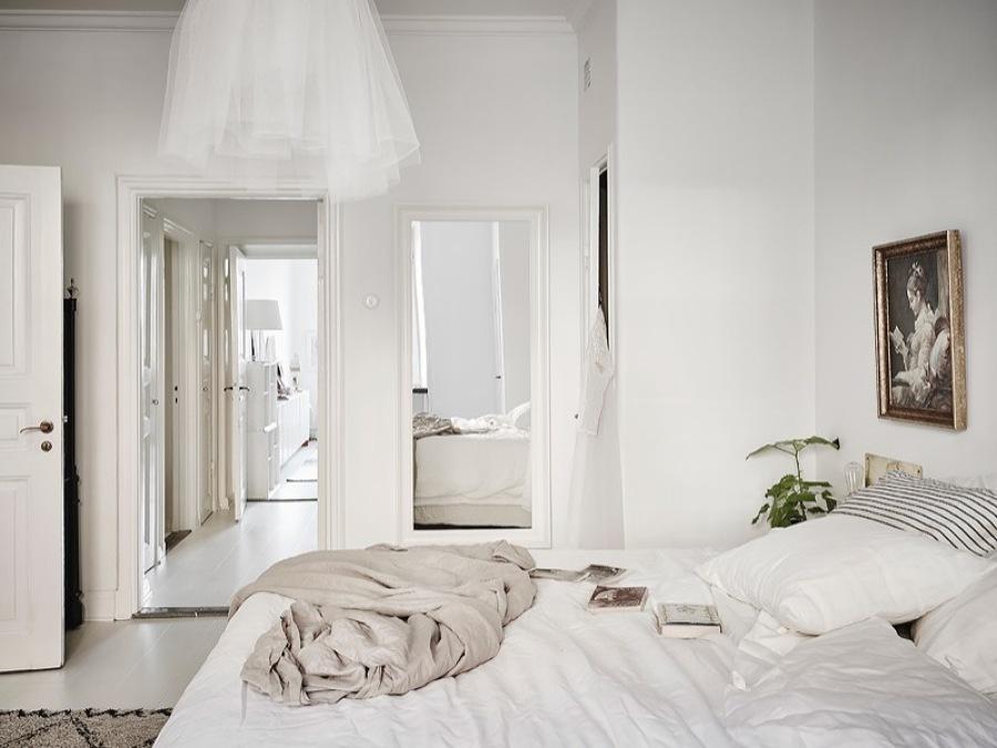 cama con lámpara colgante