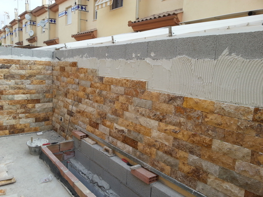 aplacado muro con piedra natural de travertino amarillo