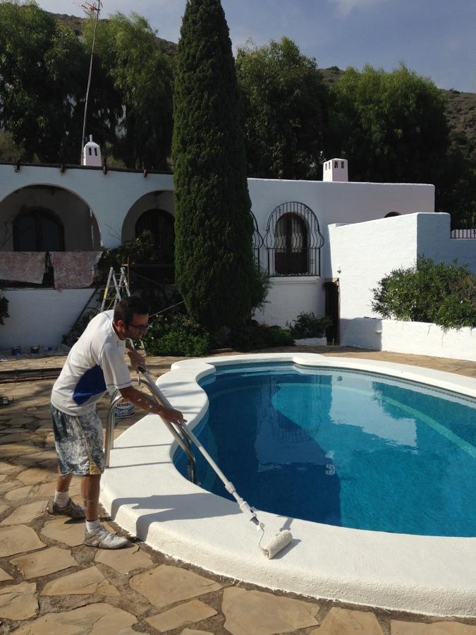 Aplicación de pintura especial borde de la piscina