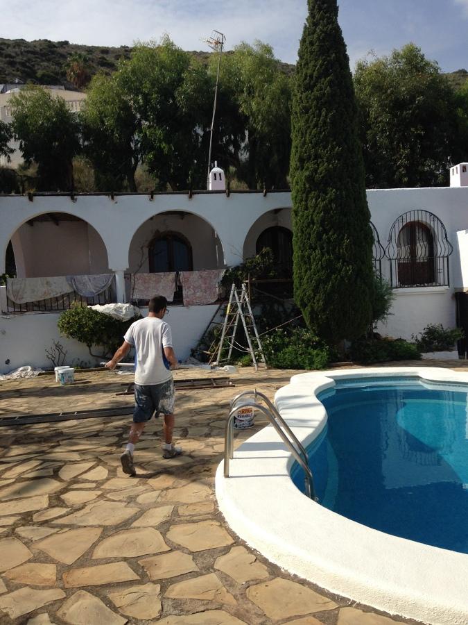 Aplicación de pintura especial para borde de la piscina