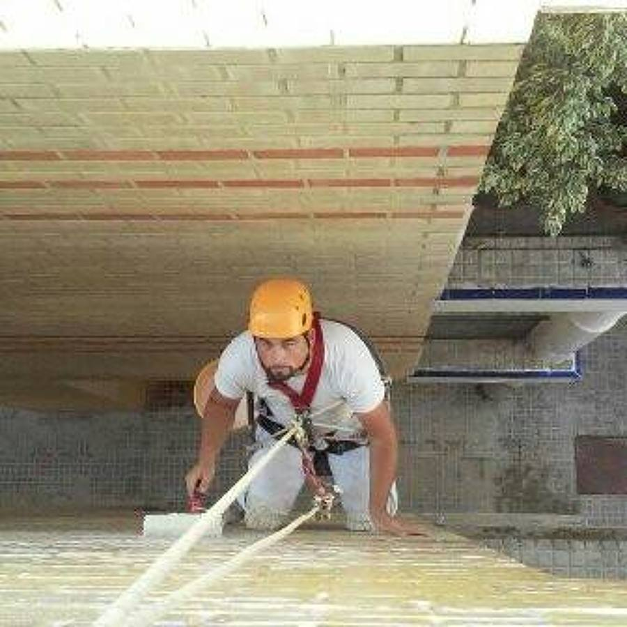 Aplicacion de varniz fijador efecto mojado a un bloque de ladrillos caravistas