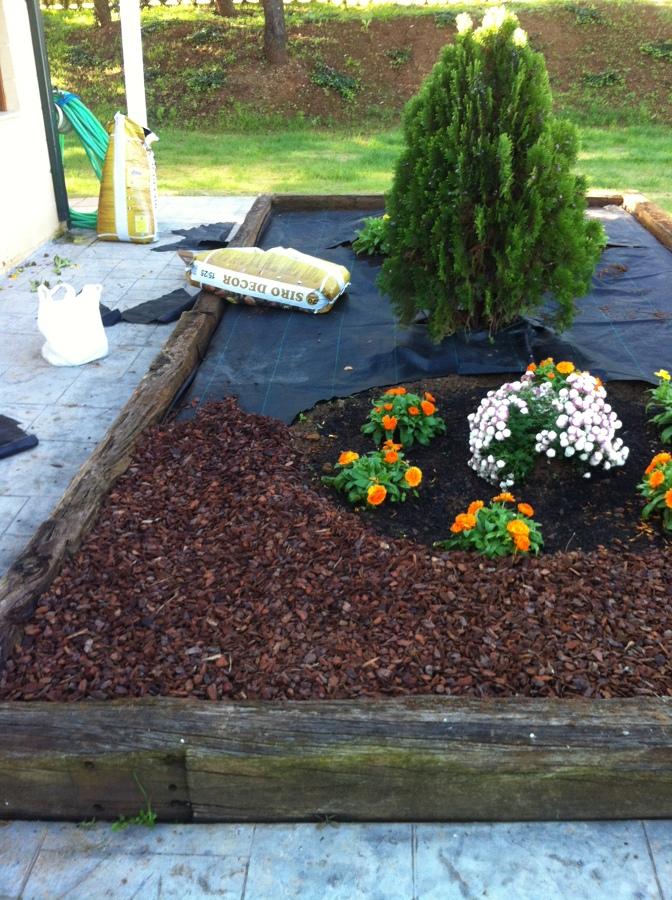 Decoraci n de jardineras en el frontal del restaurante - Corteza de pino ...