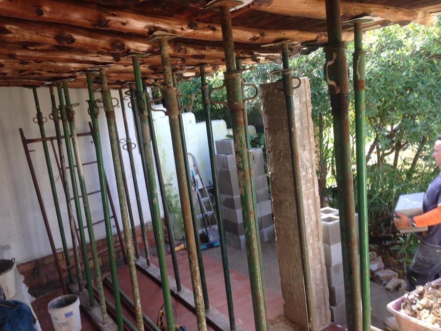 Apuntalamiento de tejado y jacena de obra derribada