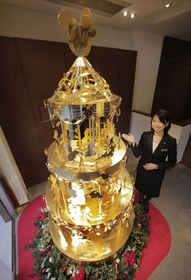 Árbol-de-Navidad-hecho-con-oro1-698x1024