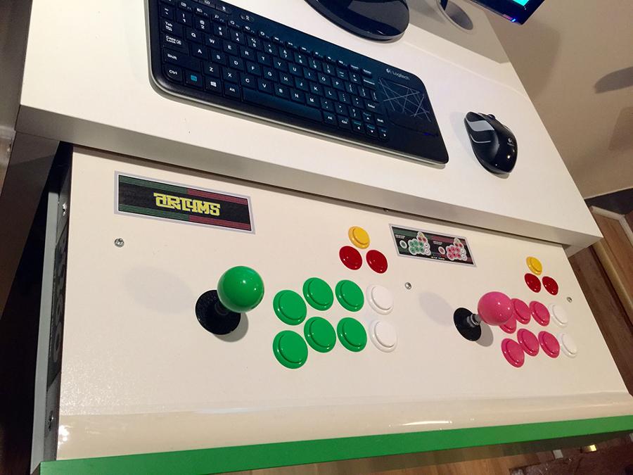 escritorio que se convierte en un Arcade
