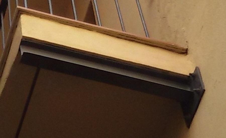 Aristado de forjado y instalación de biga de refuerzo para balcón a través de trabajos verticales.