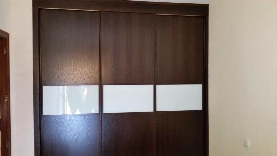 Foto armario a medida en madera con puertas correderas de for Puerta corredera castorama armario a medida