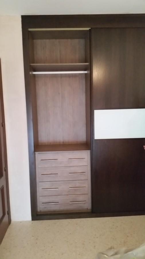 Armario a medida en madera con puertas correderas modelo 7 for Puerta corredera castorama armario a medida