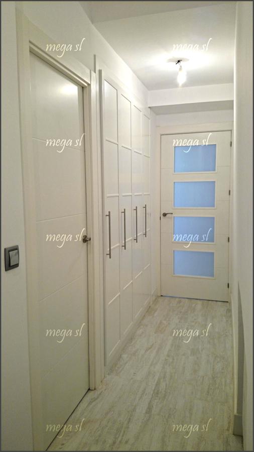 Armario en pasillo de puertas abatibles en melamina blanca ideas armarios - Puertas de armario abatibles ...