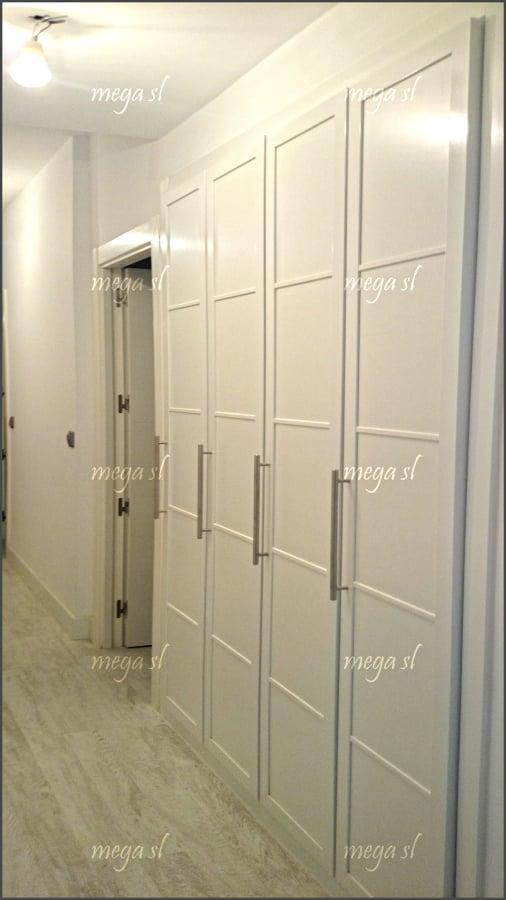 Armario en pasillo de puertas abatibles en melamina - Puertas abatibles para armarios empotrados ...