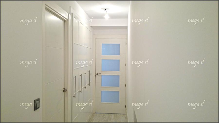 Armario en pasillo de puertas abatibles en melamina - Como hacer puertas de armario ...