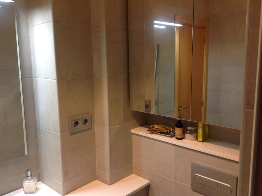 Foto armario colgado con puertas de espejo de - Puertas de espejo ...