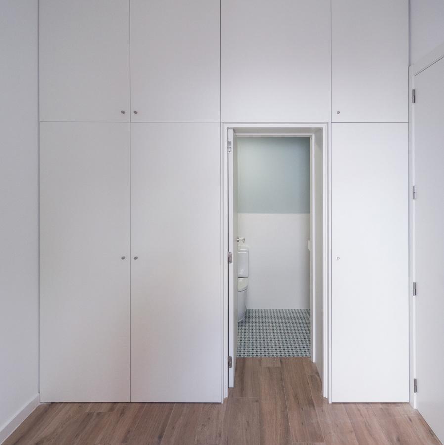 armario con acceso a baño