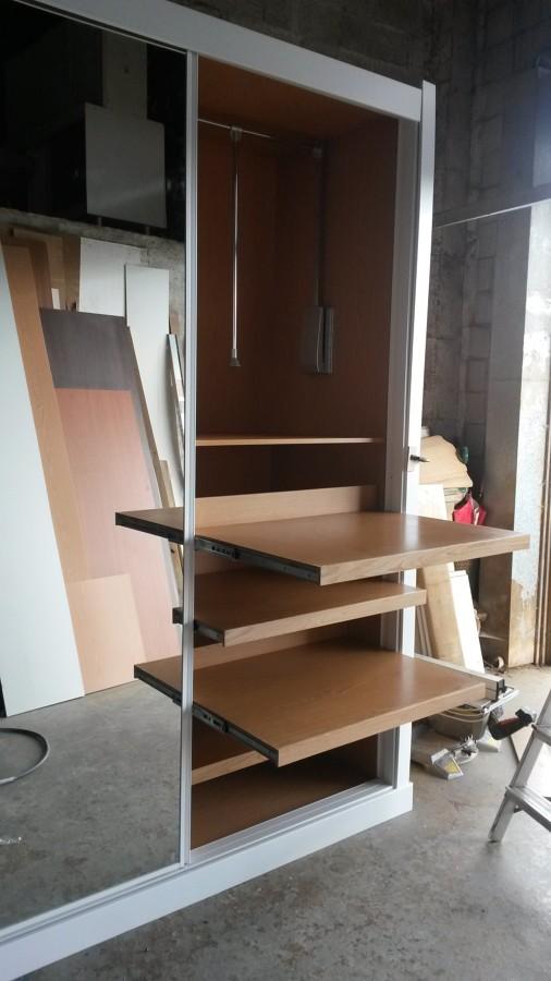 Armario con estantes extraibles