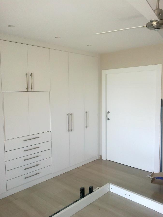 Foto armario con puertas abatibles lacadas en blanco de for Puertas lacadas en blanco opiniones