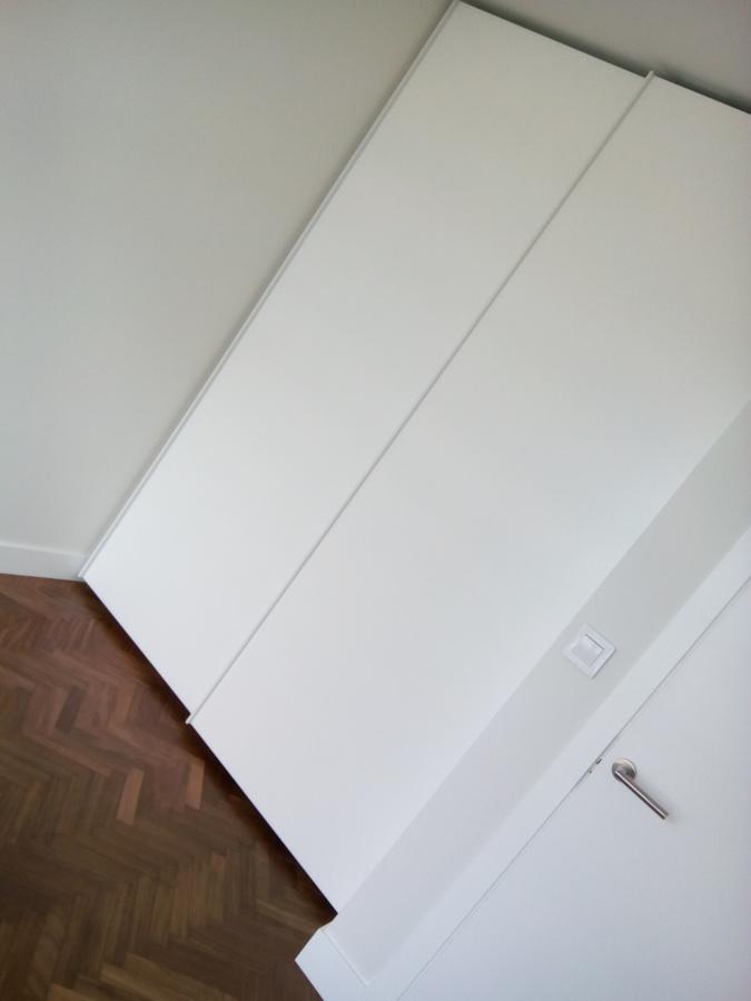 Armario con puertas correderas, minimalismo y elegancia