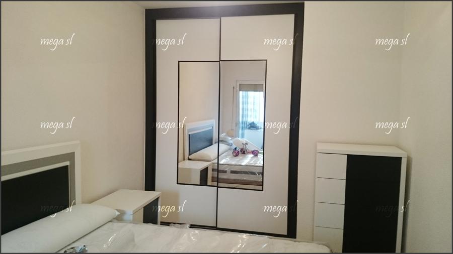 Armario corredera en melamina blanco negro combinada con - Armarios con espejo para dormitorio ...