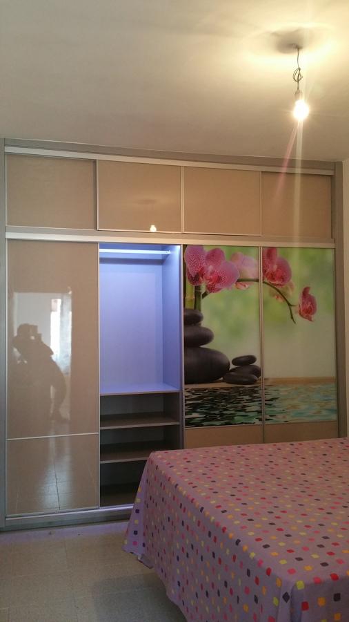 Foto armario de 4 puertas correderas con luz led for Armario de 4 puertas correderas conforama