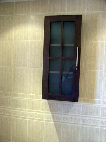 Foto armario de colgar puertas en cruz de muebles de ba o for Armarios de cuarto de bano para colgar
