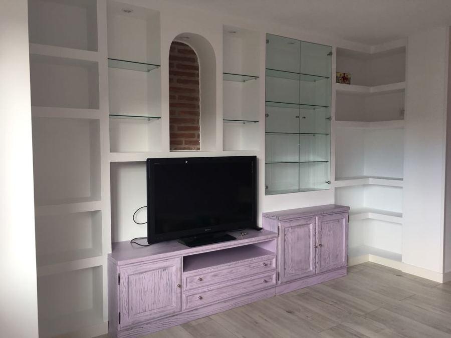 Armario de salón en pladur y con puertas lacadas a tono con la pared trasera