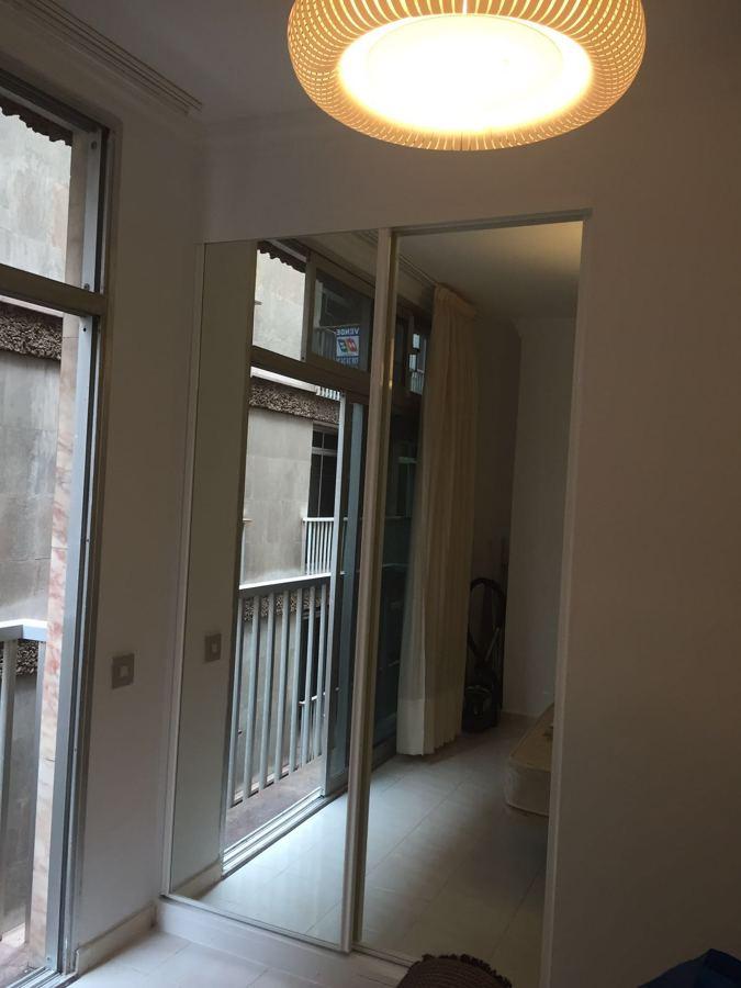 Armario empotrado con puertas de corredera y espejos