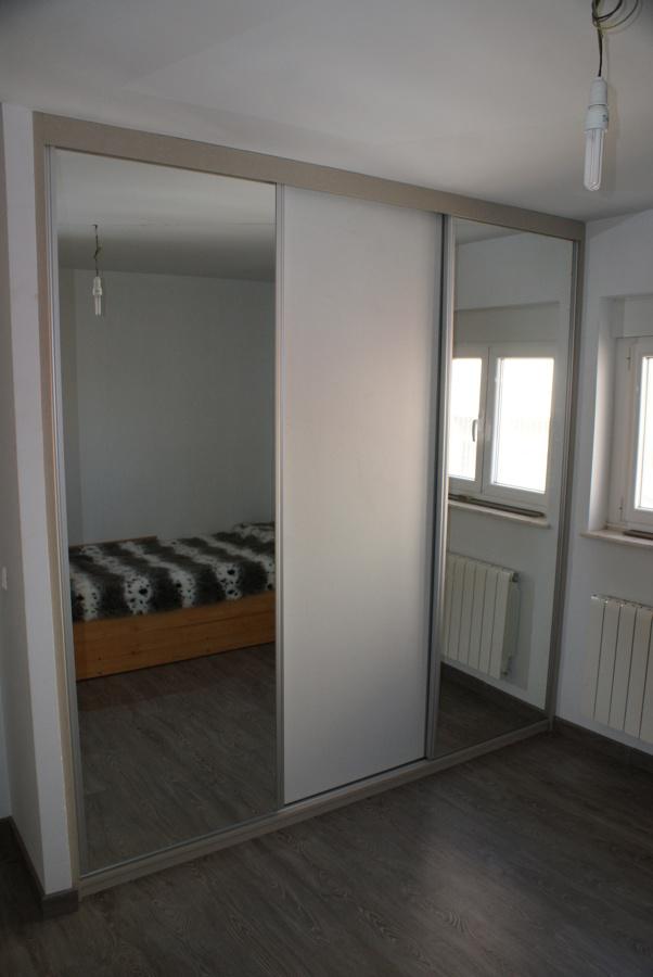 Foto armario empotrado puestas espejo de muebles herma for Armario puerta espejo