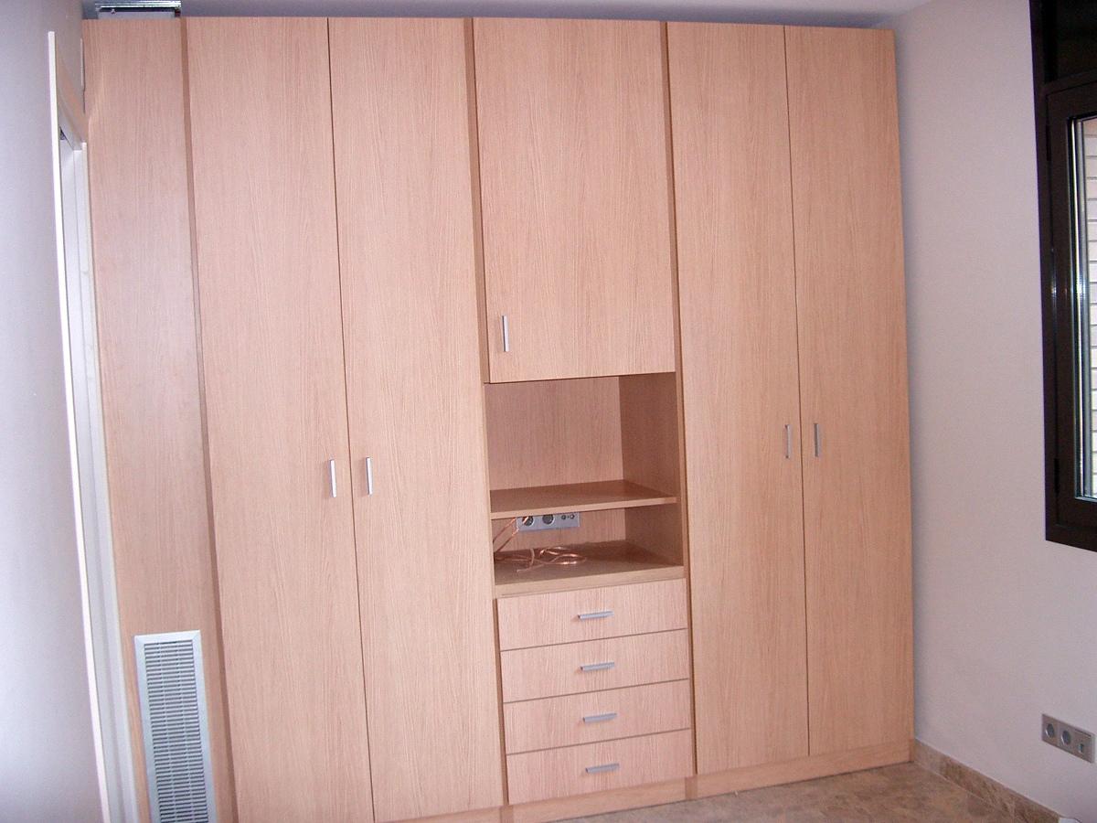 Foto armario habitaci n invitados de mobles bustos for Armarios de habitacion