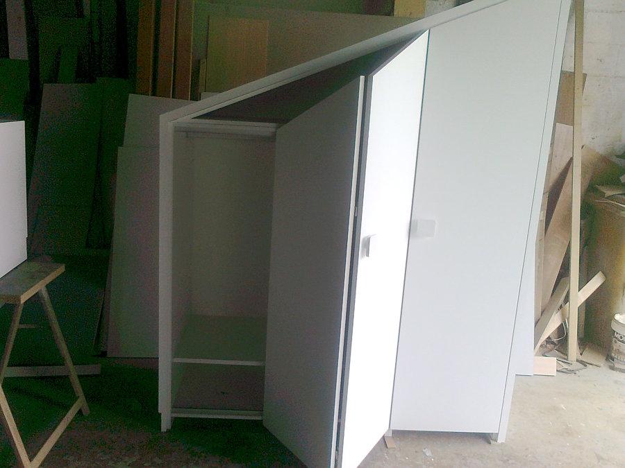 Armario lacado en blanco en caída con puertas plegables