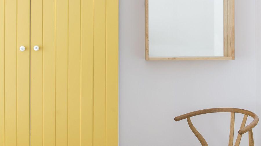 Armario pintado en color amarillo