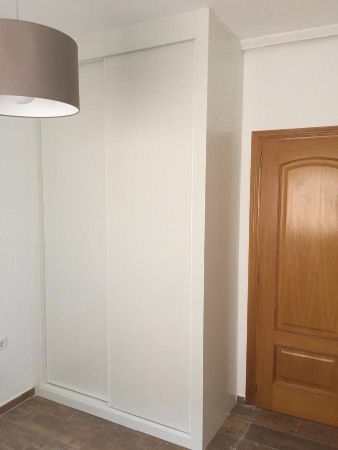 Armario terminado; ha sido ajustado hasta el techo para q no entre el polvo en ningún rincón.