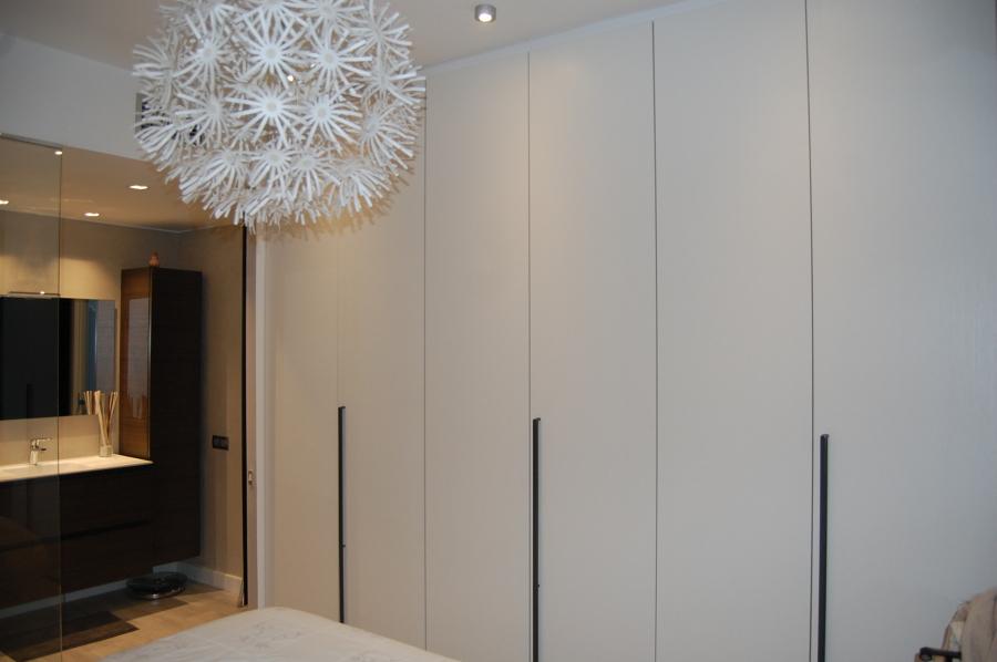Convertir Baño En Vestidor:En esta foto podemos apreciar vestidor con puertas a toda altura