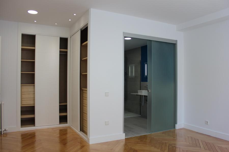 Foto armarios dormitorio infantil y ba o con tabiqueria - Puerta corredera cristal bano ...