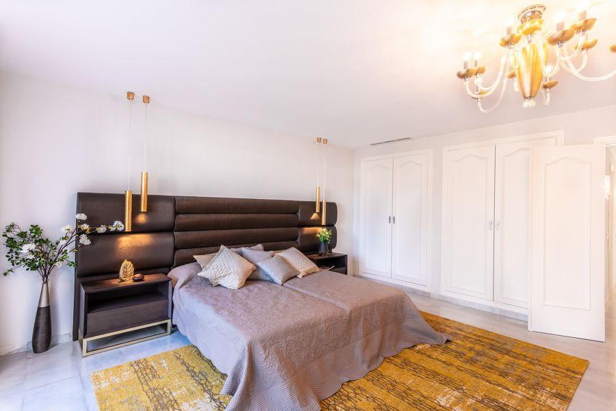 Armarios empotrados con cuarterones en dormitorio clásico