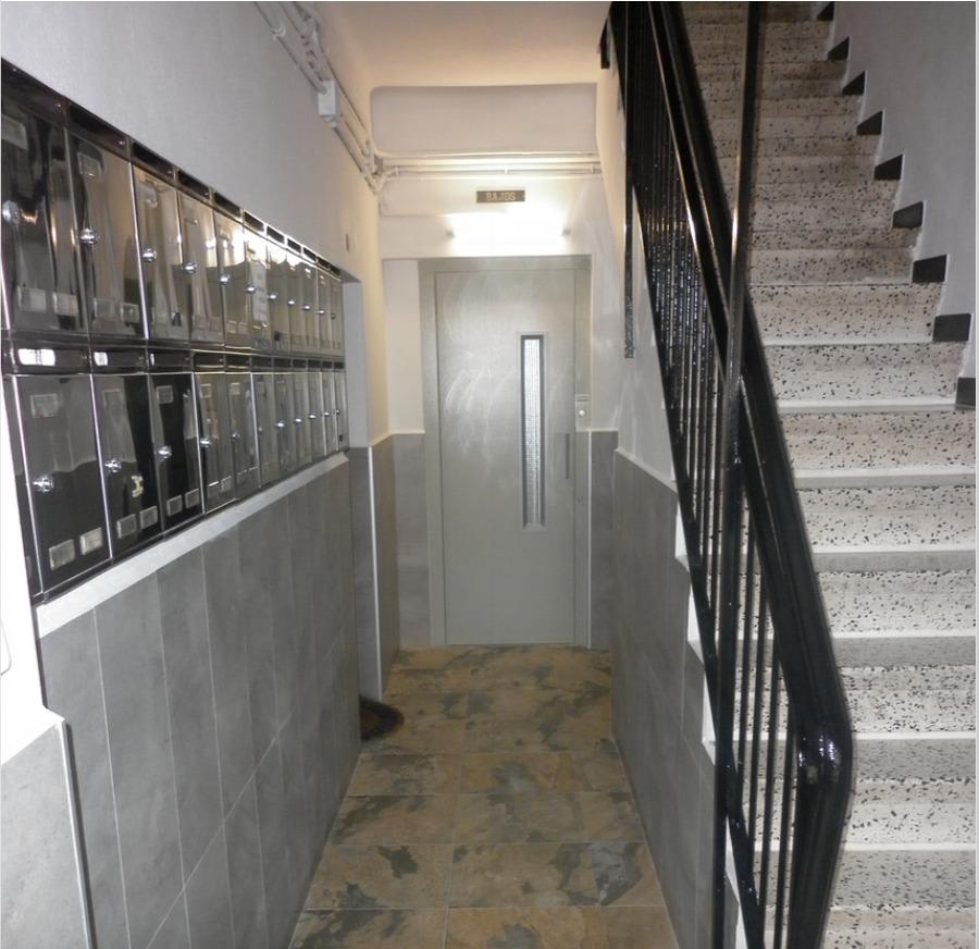 ascensor eléctrico ubicado en hueco de escalera