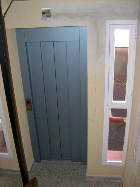 Foto ascensor por patio de luces interior de ascensores for Puertas para patio interior