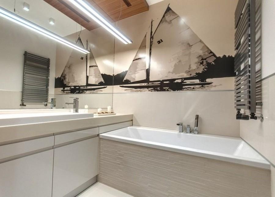 baño en el que la iluminación lo hace más grande
