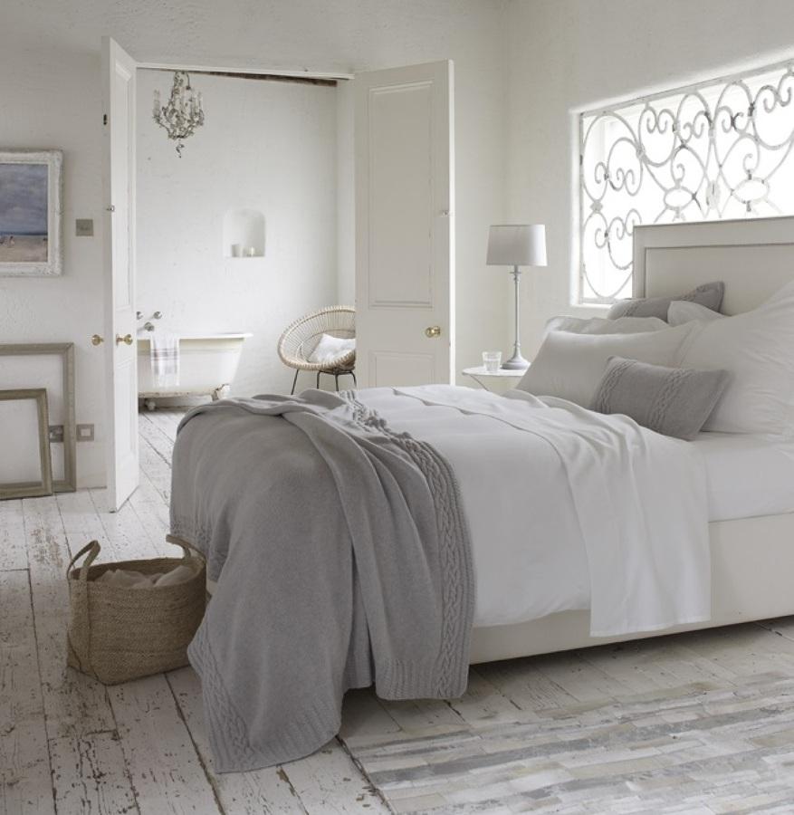 cama con ropa blanca
