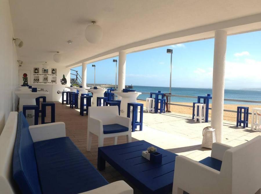 terraza chiringuito blanca y azul