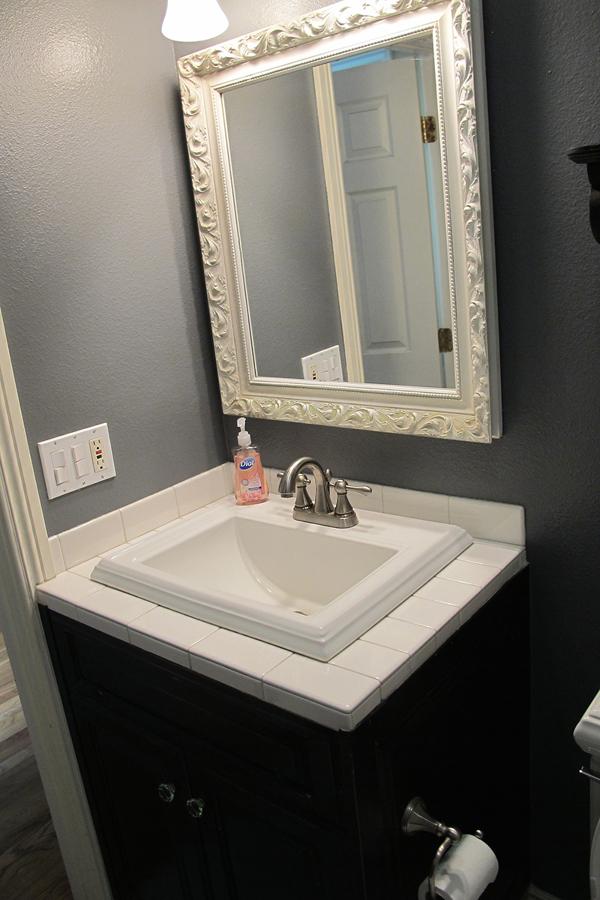 Aseo oscuro con gran espejo