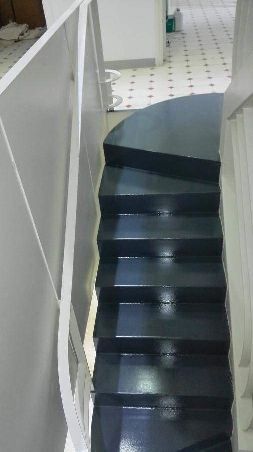 así quedó la escalera después de la pintura