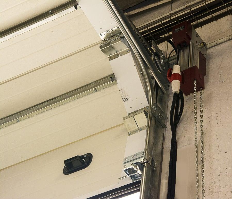 Montaje de una puerta seccional industrial ideas puertas - Motor puerta garaje seccional ...