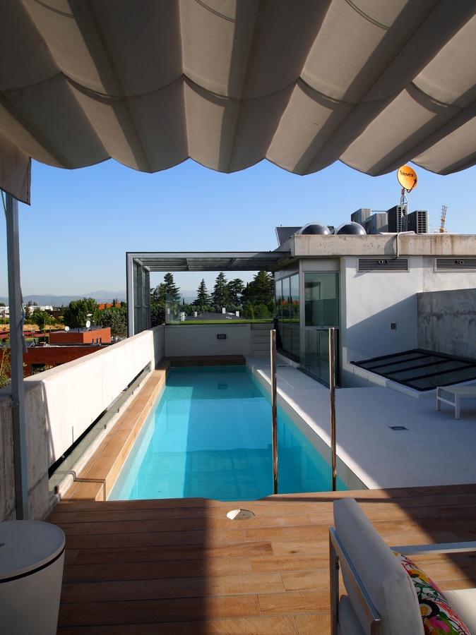 Una piscina moderna en una azotea de madrid ideas for Piscinas azoteas madrid