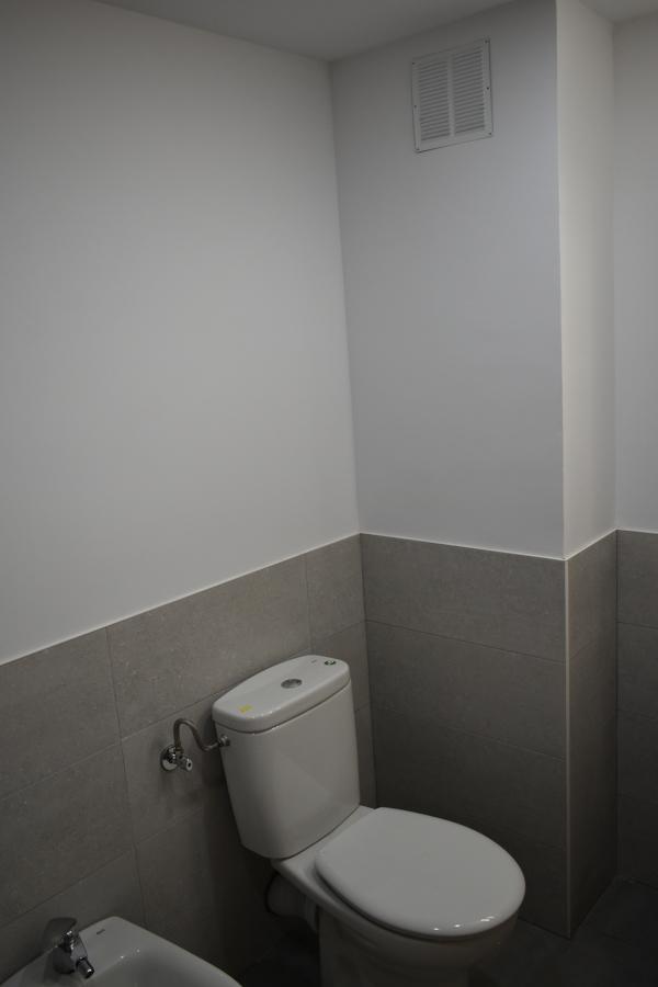 azulejo a media altura, con pintura en blanco