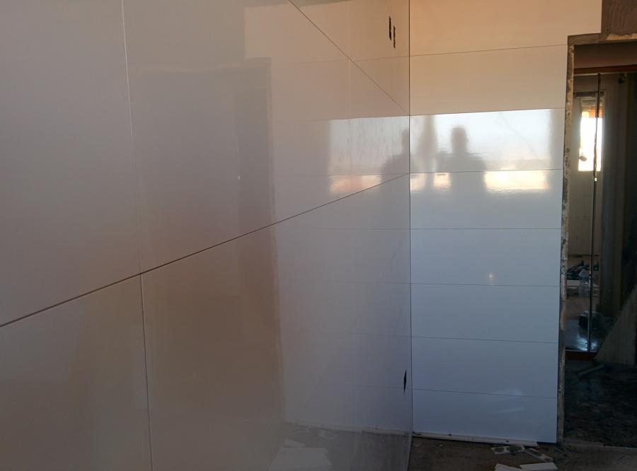 Foto azulejo blanco rectificado 30x90cm de cocinas y - Azulejos cocina blanco brillo ...