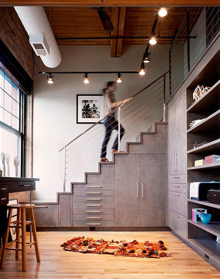 bajo de escaleras con mobiliario a medida