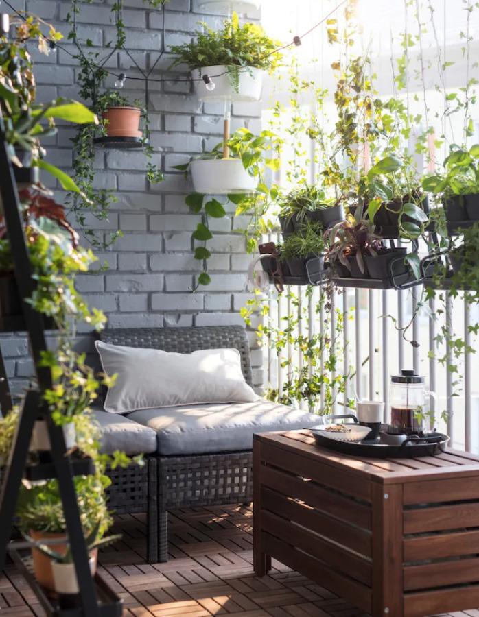 Balcón acogedor con plantas IKEA